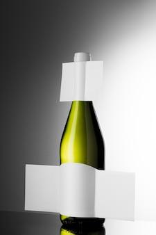 空白のラベルが付いた透明なワインボトル
