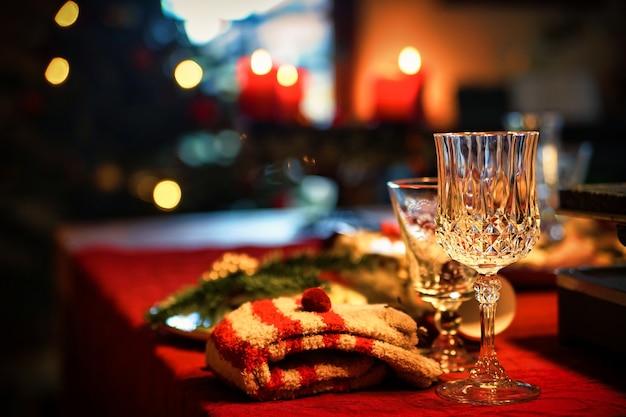 Bicchiere di vino trasparente sulla tovaglia rossa