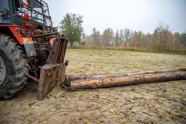 トラクターで森林から木材を片付ける