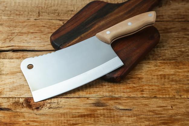 Нож на деревянной доске