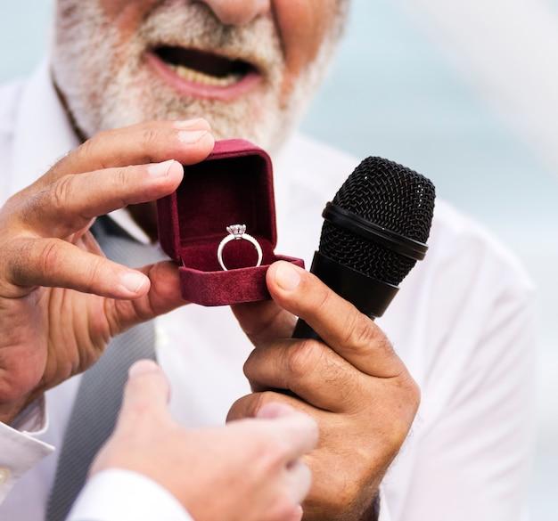 結婚指輪を示す聖職者