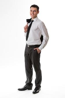 店員はビジネス服を着た若い男に自信を持って先を見据えています