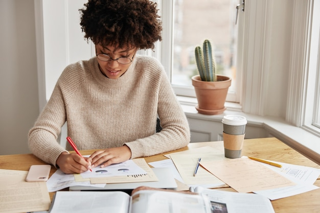 집에서 일하는 영리한 바쁜 젊은 여성 회계사