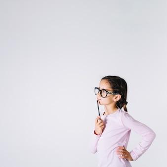 안경에 영리한 소녀