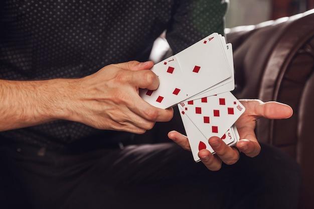 Умные руки фокусника на черной поверхности
