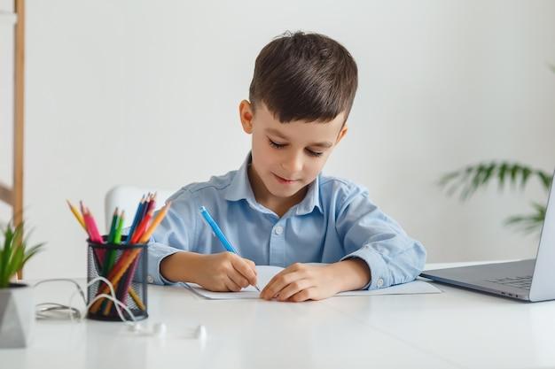 노트북과 인터넷을 사용하여 숙제를하는 영리한 아이