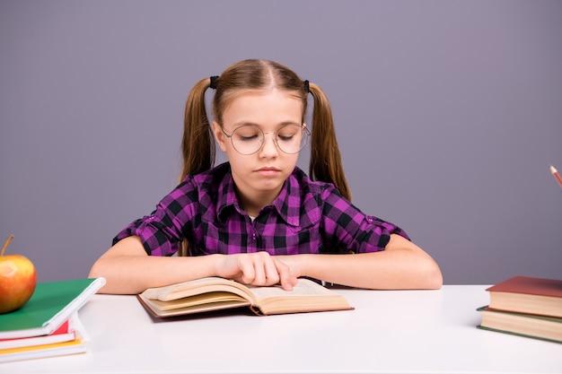 Умная школьница делает домашнее задание за партой