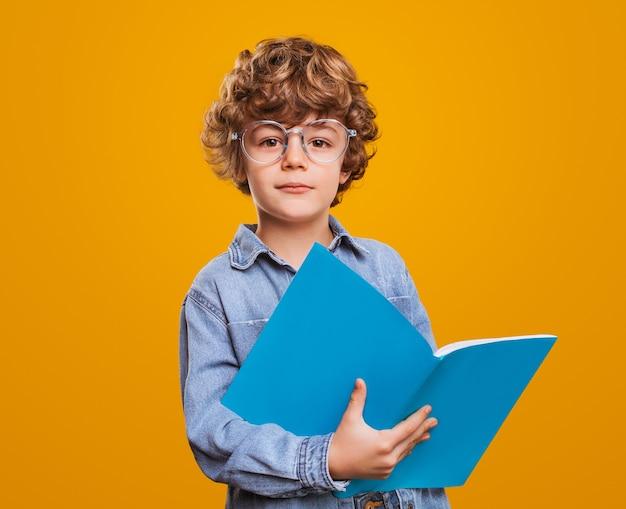 Умный школьник с учебником