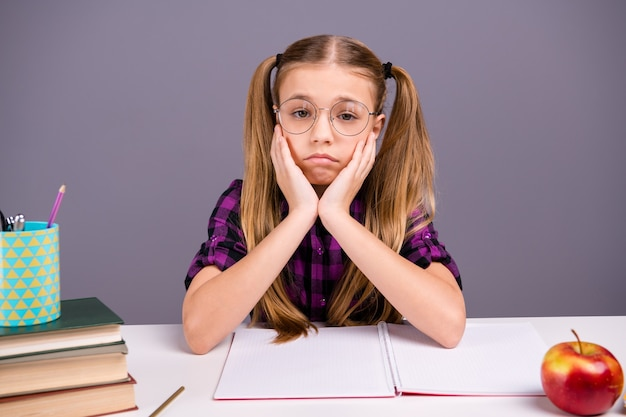 机で宿題をしている賢い女子高生