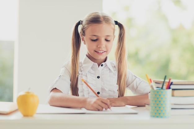 Умная школьница делает домашнее задание