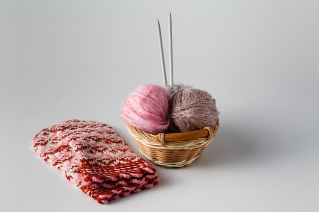 Клубки цветной пряжи с иглой