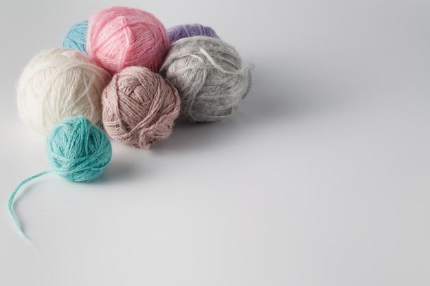Клубки из разноцветной пряжи
