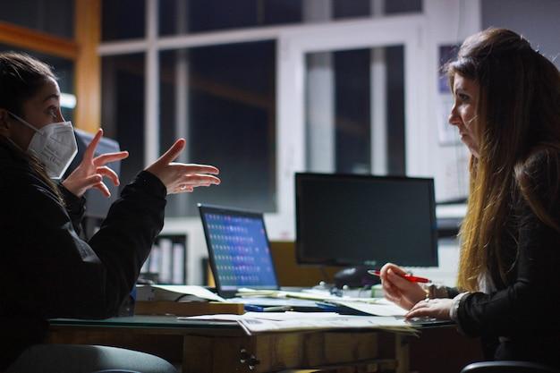 Встреча клиента и начальника в офисе с запросом коммерческого предложения
