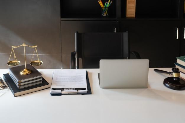 Клиент и адвокат встречаются лицом к лицу, чтобы обсудить доступные варианты права Premium Фотографии