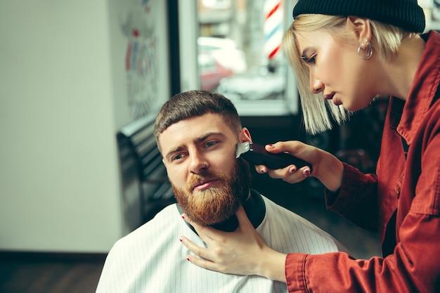 理髪店でひげを剃っている間のクライアント。