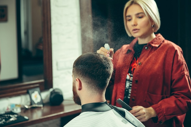 理髪店でひげを剃っている間のクライアント