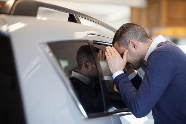 Клиент, смотрящий внутри автомобиля