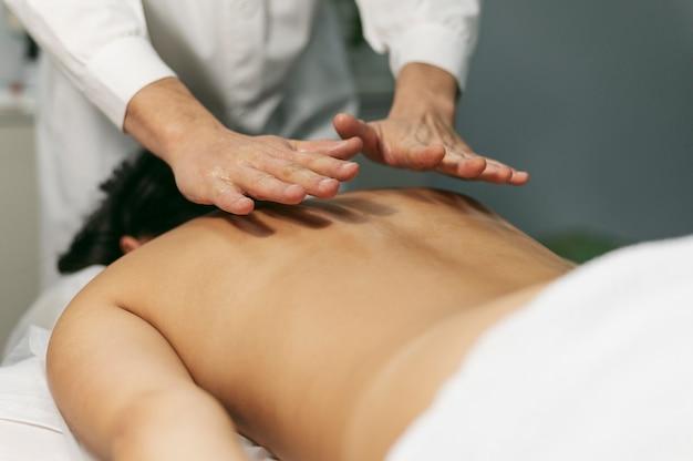 Cliente alla sessione di massaggio