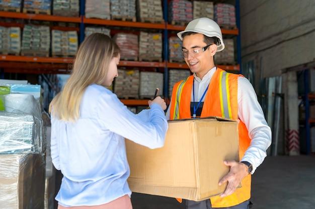 配送サービスのクライアントが商品を受け取る