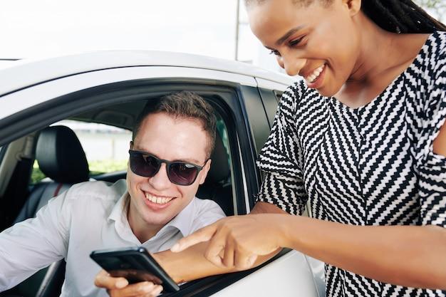 Клиент показывает заказ водителю