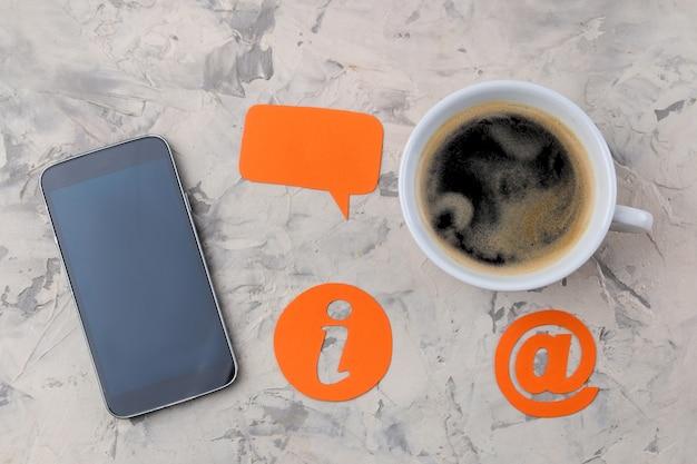 Служба поддержки клиентов. свяжитесь с нами для обратной связи. рабочий стол с чашкой кофе и смартфоном и различными значками обратной связи.