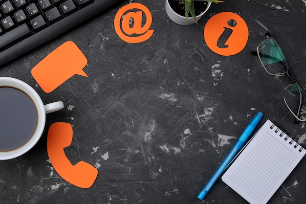 Служба поддержки клиентов. свяжитесь с нами для обратной связи. рабочий стол с блокнотом и различными значками обратной связи. вид сверху