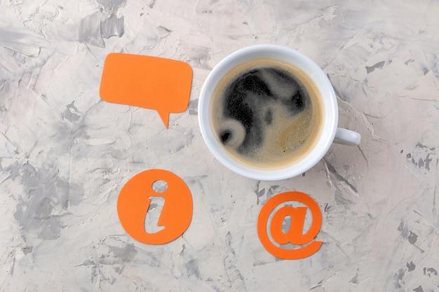 Служба поддержки клиентов. свяжитесь с нами для обратной связи. рабочий стол с чашкой кофе и различными значками обратной связи.
