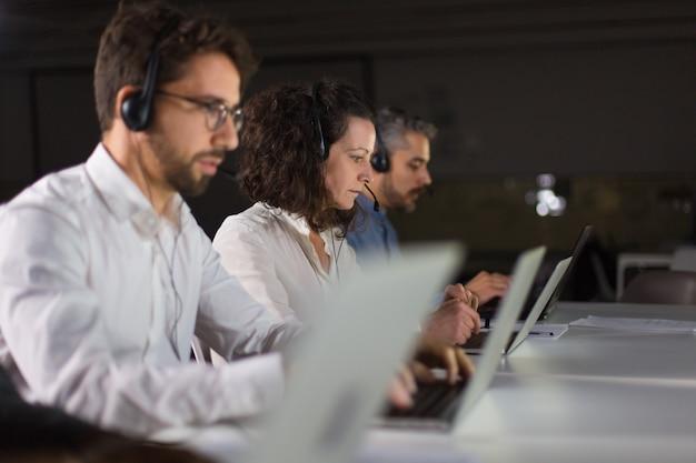Команда поддержки клиентов на рабочем месте
