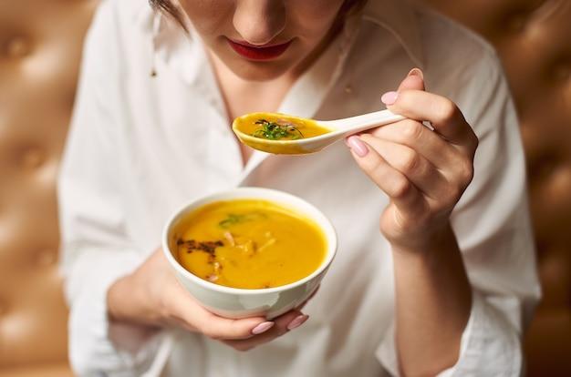 Клиент дегустирует вкусную еду в роскошном ресторане.