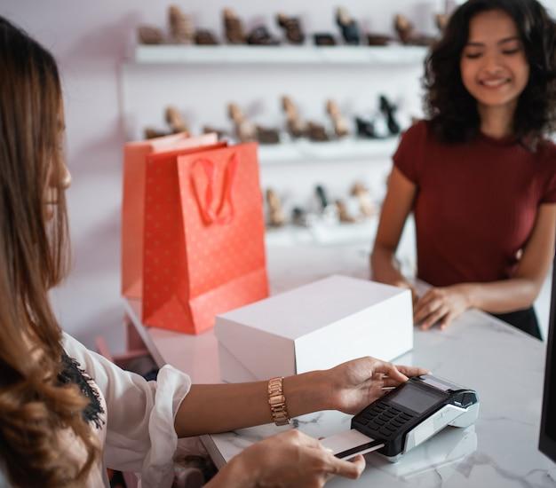 Клиент с помощью кредитной карты в кассе