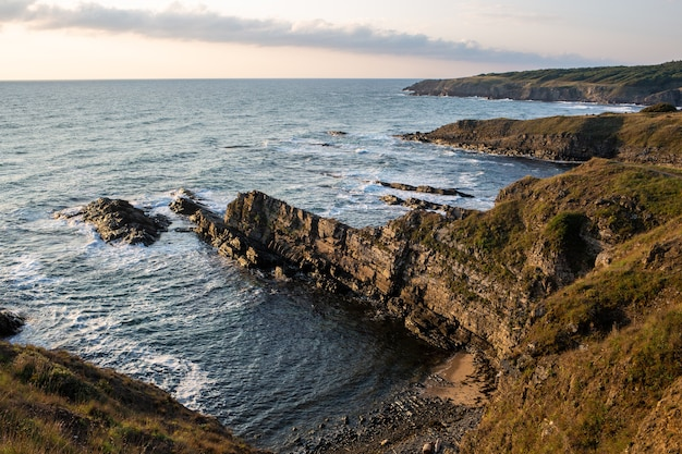 晴れた日の海浜の断崖と岩