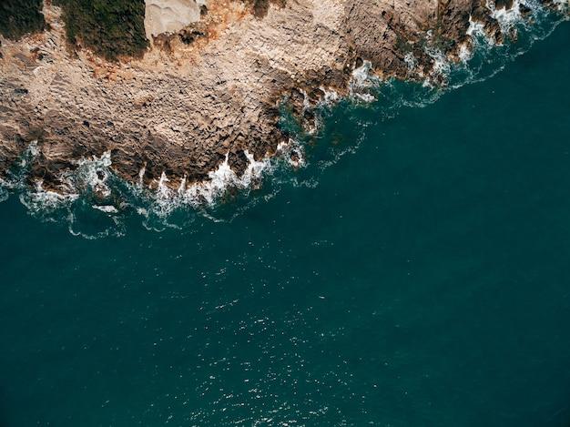 澄んだ青い水とマヨルカ島の崖の湾