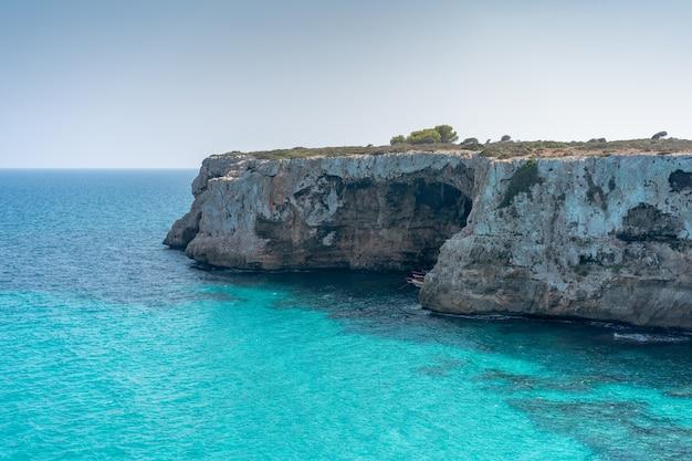 スペイン、マヨルカ島のクリスタルクリアウォーターの崖