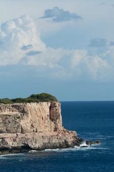 지중해의 아름다운 푸른 하늘과 흰 구름이있는 절벽, 석회암