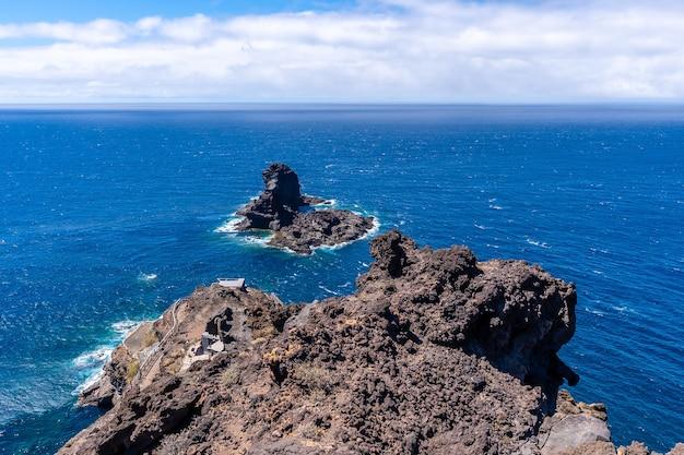 カナリア諸島のラパルマ島の北にあるブハレンの黒い砂のビーチに下りる崖。スペイン