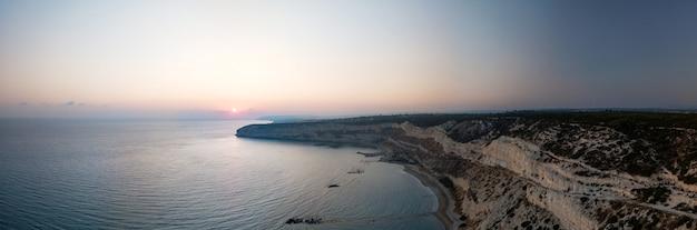 クリオンキプロスに沈む夕日の崖