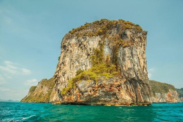 Вид скалы из тайского моря