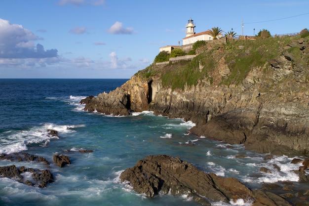 Cudilleroasturiasスペインの灯台のある崖の景色