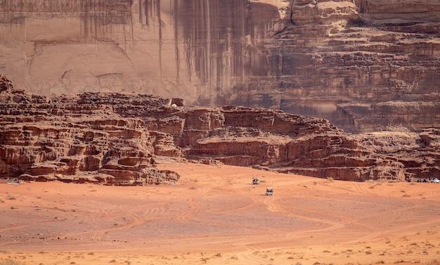 낮 햇빛 아래 사막의 절벽과 동굴