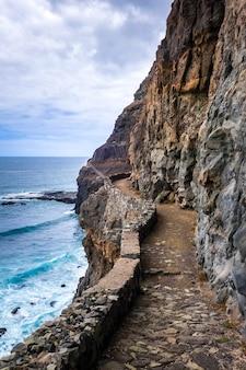 Скалы и вид на океан с прибрежного пути на острове санто-антао, кабо-верде, африка