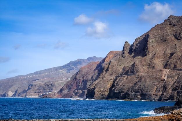 カーボベルデのサントアンタオ島の崖と海の景色