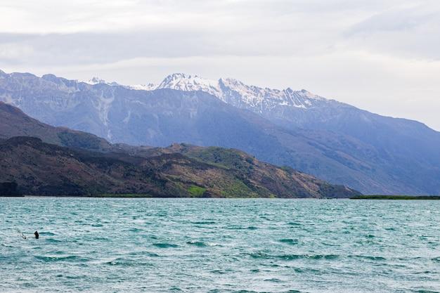 Скалы и вода озера ванака южный остров новая зеландия
