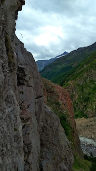 Скалы в горном ущелье