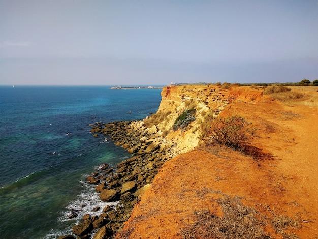 スペイン、カディスの隣の海の崖。