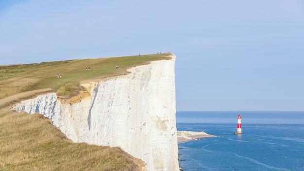 영국 남부의 절벽, lightouse 및 바다