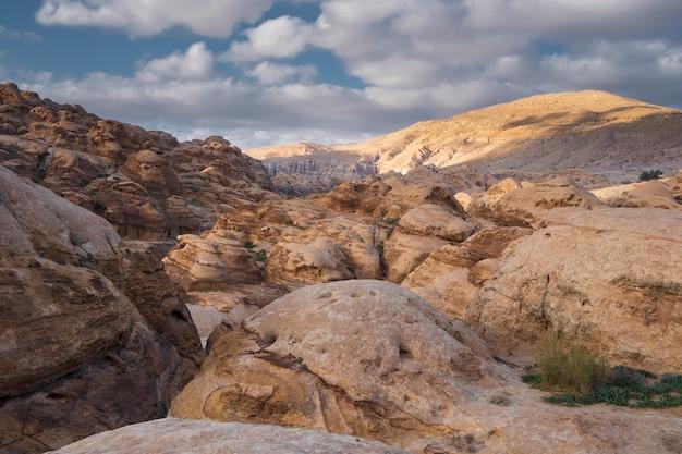 요르단의 페트라 국립 공원에서 와디 무사 도시 근처 사막 산에서 빛 석회암의 절벽