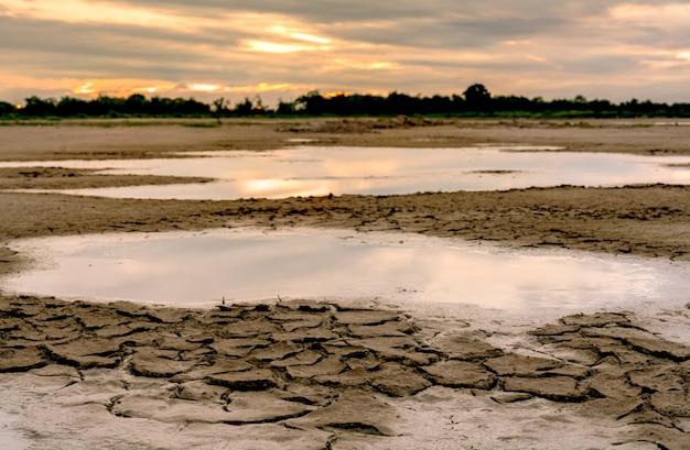 気候変動と干ばつの土地。水の危機。乾燥した気候。土を割る。地球温暖化。環境問題。自然災害。