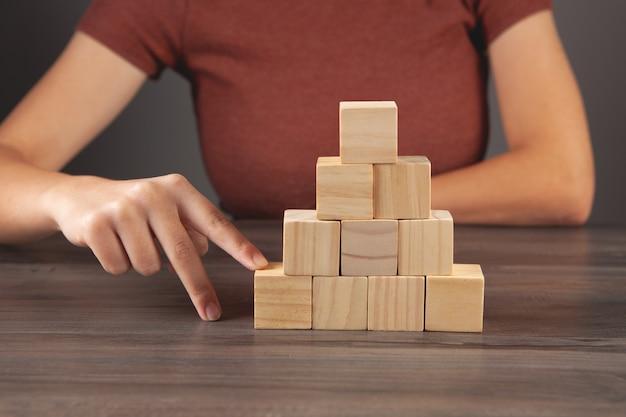 큐브 피라미드를 오르십시오