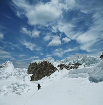 Альпинист на заснеженной горе