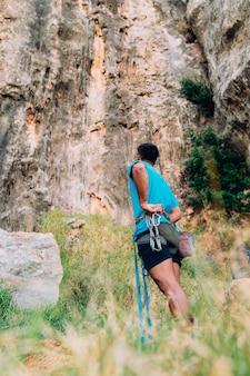 崖の前の登山者